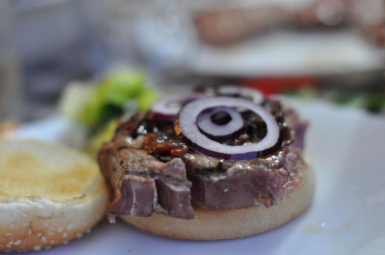 Tuna burgers with fig chutney